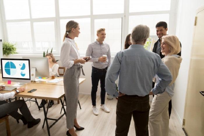 Hombre senior líder de empresa familiar en reunión