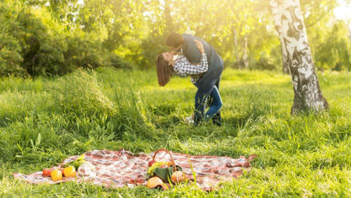 Calidad de vida: pareja feliz en el campo