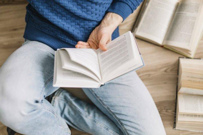 Libros para emprendedores: hombre leyendo