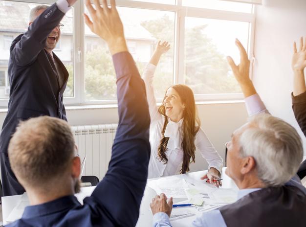 equipo de trabajo celebra sus resultados